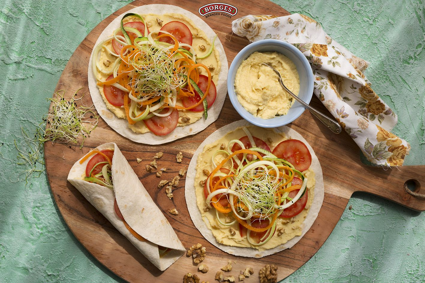 Wrap z rajčete, zeleninových špaget, hummusu a klíčků