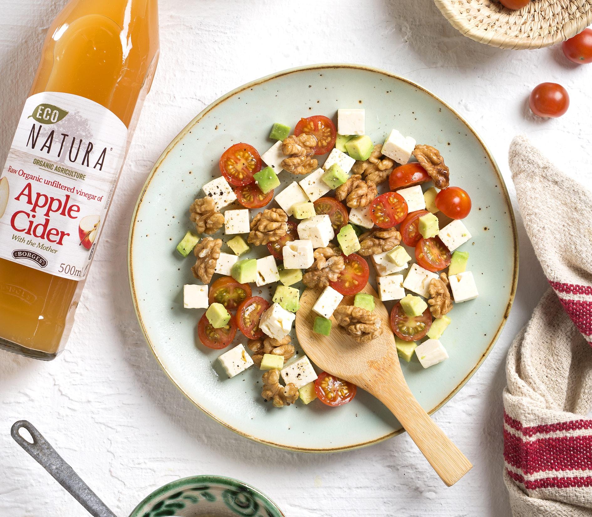 Salát ze sýru, avokáda, vlašských ořechů a octa z jablečného cideru