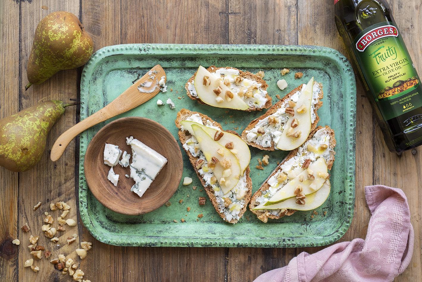 Topinky se sýrem, hruškou a ořechy