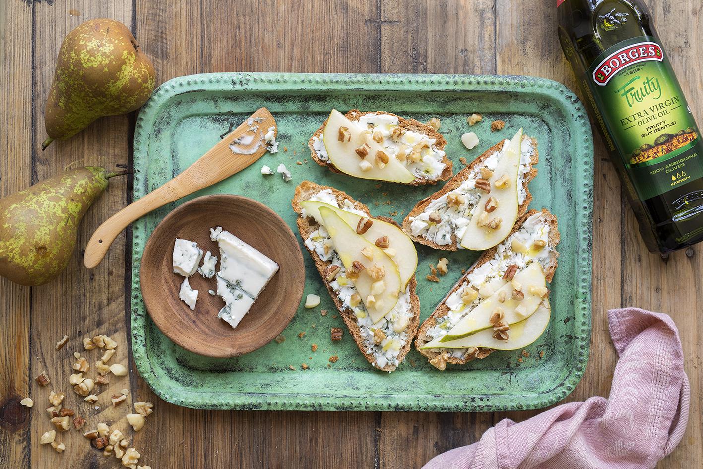 Toasty se sýrem, hruškou a ořechy